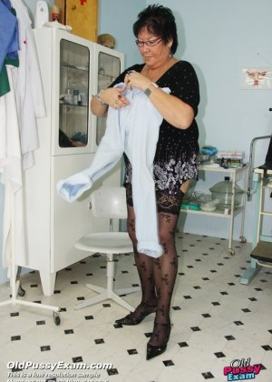 Пожилая женщина приходит на гинекологический осмотр и мужчина профессионально проводит прием - фото 15