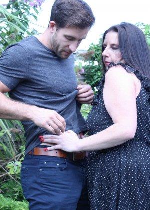 Пышная дамочка соблазняет симпатичного мужчину и с удовольствием отдается ему - фото 4