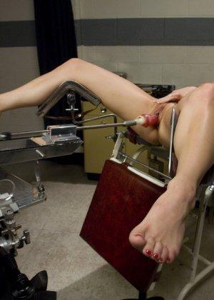 Dahlia Sky  кончает от секс машины, которая жарит ее во влагалище - фото 11