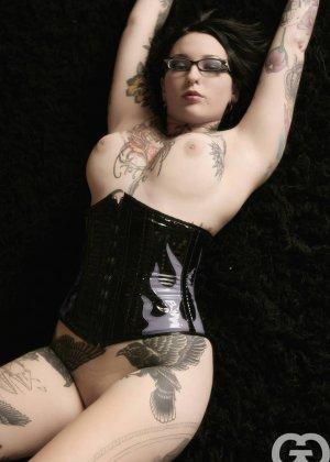 Телка БДСМ любит, когда ее связывают, она даже черные кожаные корсеты купила для этого случая - фото 4