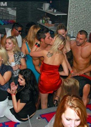 В клубе бешенные телки ебутся с накачанным стриптизером в халате - фото 11