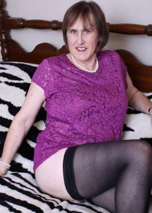 Женщина в возрасте не стесняется своего тела, поэтому с удовольствием показывает себя - фото 13