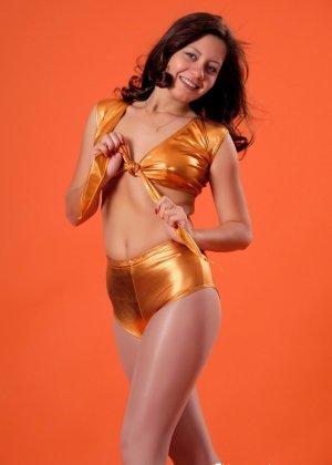 Симпатичные телки регулярно занимаются фитнесом, при этом они так сексуально выглядят в лосинах и обтягивающих спортивных костюмах - фото 4
