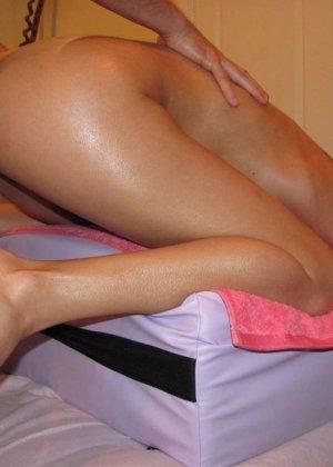 Клиентка засыпает от качественного массажа, массажист пользуется ситуацией и ебет ее гладковыбритую киску - фото 15