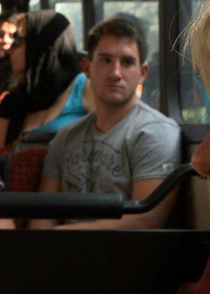 Голую блондинку имеют все пассажиры автобуса, которые хотят слить свою сперму на незнакомку - фото 23