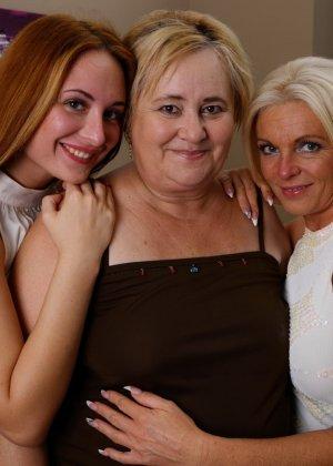 Пока две красотки лижутся друг с другом, зрелая женщина мастурбирует, глядя на их ласки - фото 1