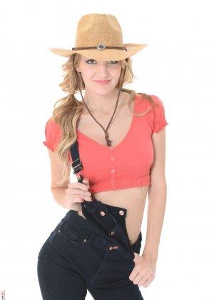 Бэлль Клэр в образе сексуальной ковбойши готова соблазнить любого – ей есть что показать - фото 3