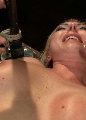 Блондинка показывает себя в полной красе – она готова принять в себя несколько членов и ублажить их - фото 12
