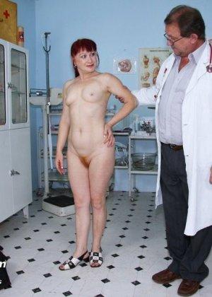 Ольга раздвигает ноги перед опытным гинекологом и разрешает произвести тщательный осмотр - фото 2