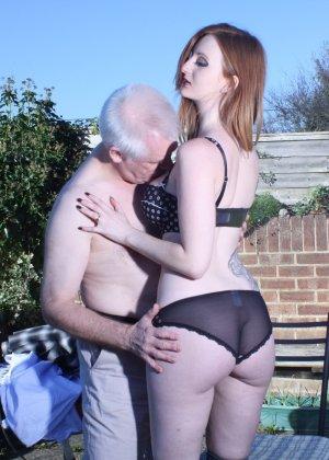 Пожилому мужчине очень повезло - ему отдается молодая телочка и удовлетворяет его желания - фото 14