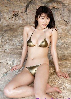 Японская фото модель любит позировать в сексуальных купальниках - фото 1