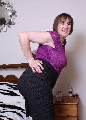 Женщина в возрасте не стесняется своего тела, поэтому с удовольствием показывает себя - фото 5