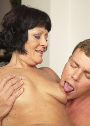 Молодой красавчик доставляет удовольствие зрелой женщине, даря ласке ее немолодой груди - фото 16