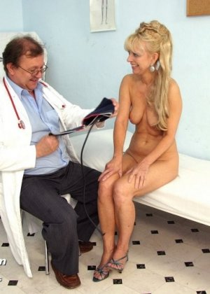 Зрелая блондинка садится на гинекологическое кресло и дает близко рассмотреть все свои дырочки - фото 8