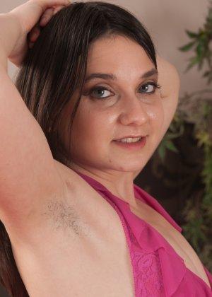 Эми Файе предпочитает не бриться и демонстрирует свои волосатые интимные зоны - фото 1