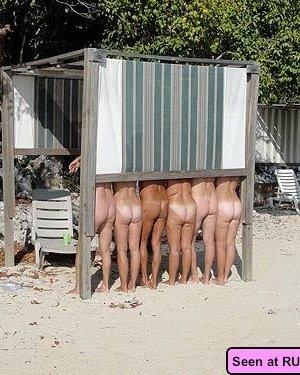 Девки совсем не прочь развлечься, они демонстрируют всем свои сиськи и не комплексуют - фото 7