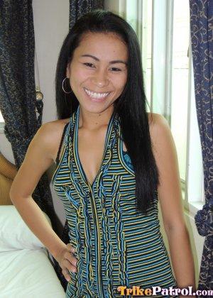 Филиппинка показывает свою стройную фигурку, а затем подставляет дырочку для хорошего секса - фото 2