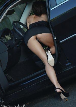 Сексуальная деваха в соблазнительном платье показала попку - фото 12