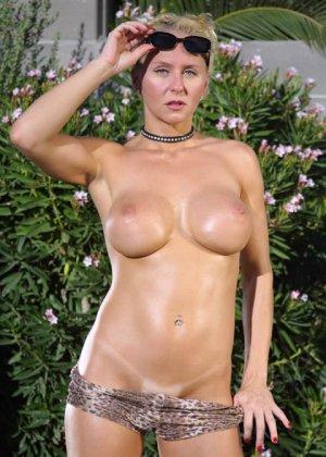 На заднем дворе блондинка с большими силиконовыми сиськами разделась догола - фото 8