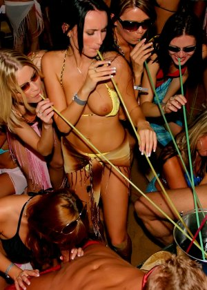 Пенная вечеринка окончилась большой оргией с кучей людей и мокрых пезд - фото 13