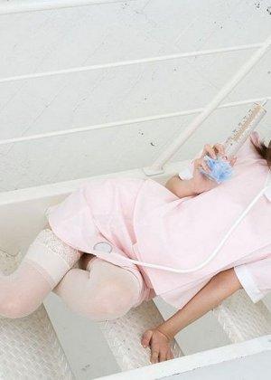 Очаровательная японская медсестра Мисо Кукоиден позирует в своем рабочем кабинете - фото 1