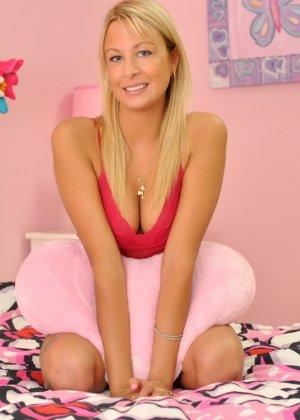 Женственная блондинка с красивой грудью засунула руку в свои трусики - фото 1