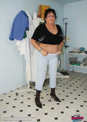 Зрелая женщина приходит на визит к гинекологу и она показывает ему все свои интимные части тела - фото 15