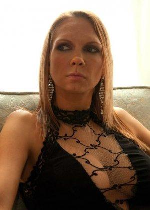 Рисковая дамочка разрешает испытывать свое тело на прочность с помощью некоторых предметов - фото 3