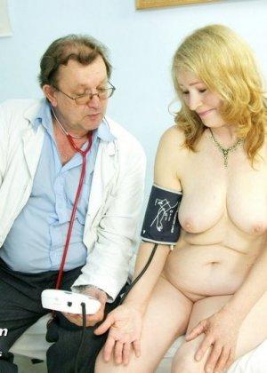 Женщина приходит к врачу, чтобы позволить осмотреть себя с ног до головы – ей это даже нравится - фото 10