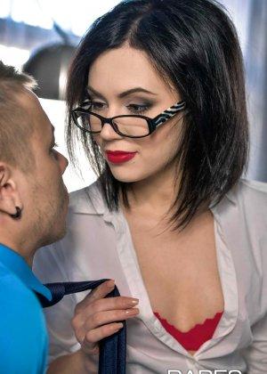 Шери Ви давно хотела дать повышение своему лучшему сотруднику, но чтобы доказать свою профпригодность, ему пришлось трахнуть начальницу - фото 4