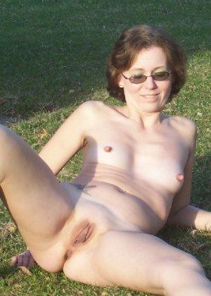 В общественном парке зрелая баба показывает свое рыхлое тело всем - фото 25- фото 25- фото 25