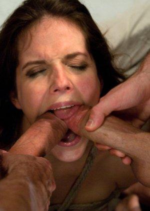 Красивую телку трахает муж в гараже, но потом он связывает ей руки и приглашает своего соседа поласкать рот членом - фото 14