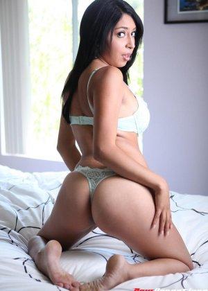 Латинка показывает себя, а затем принимает член между сисек и в пизденку – ей явно нравится секс - фото 2
