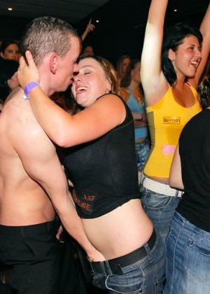 Девушки приходят в клуб, чтобы красивые стриптизеры хорошенько отодрали их во все щелочки - фото 14