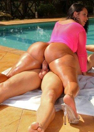 Латинская красотка Латино показывает свою пышную фигуру и подставляет анус для качественного секса - фото 8