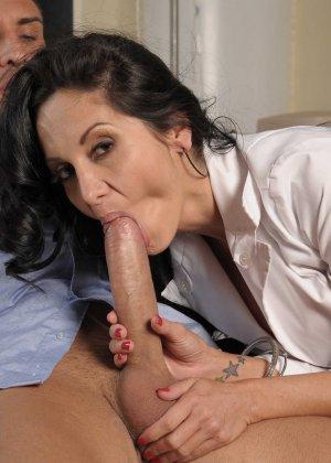 Красивая брюнетка медсестра в черных чулках трахается со своим пациентом - фото 5