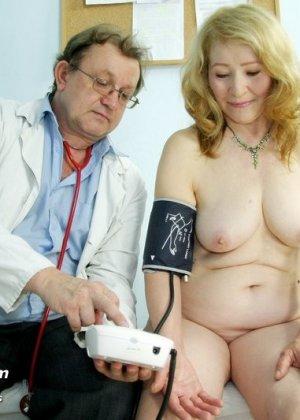 Женщина приходит к врачу, чтобы позволить осмотреть себя с ног до головы – ей это даже нравится - фото 11