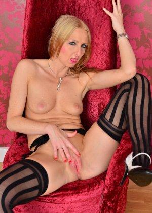 Развратная блондинка показывает все свое соблазительное тело, которое способно возбудить любого - фото 10