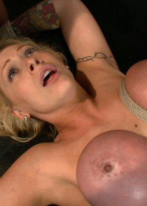 Блондинка оказывается между несколькими мужчинами, которые готовы драть ее мощно, с силой - фото 22