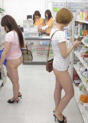 Японские лесбиянки на публике в магазине занимаются развратным делом - фото 15