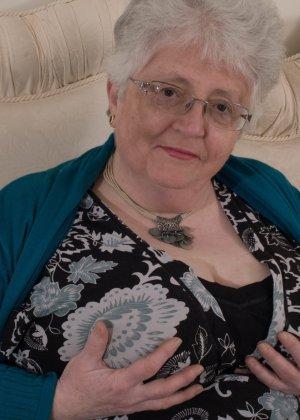 Пожилая женщина не сдает позиции и принимает участие в эротической фотосессии - фото 8