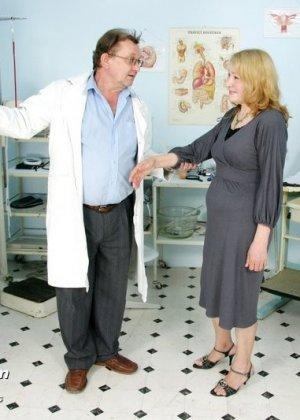 Женщина приходит к врачу, чтобы позволить осмотреть себя с ног до головы – ей это даже нравится - фото 1