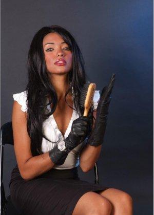 Сексапильная брюнетка работает секретаршей, она медленно снимет с себя блузку и оголит свои дойки - фото 1