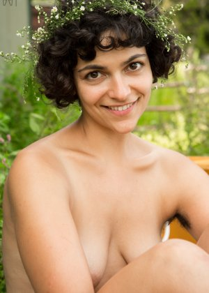 Темноволосая девушка показывает свою мохнатую киску - фото 16- фото 16- фото 16