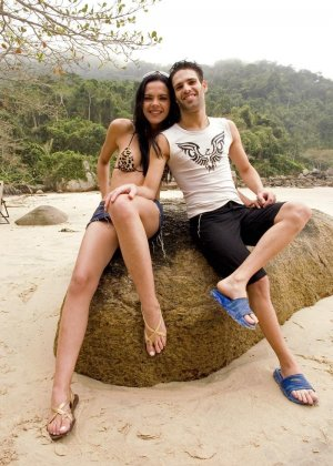 Парочка уединяется на пляже, а девушка оказывается мужчиной и трахает своего партнера в анус - фото 2