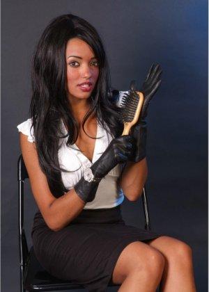 Сексапильная брюнетка работает секретаршей, она медленно снимет с себя блузку и оголит свои дойки - фото 3