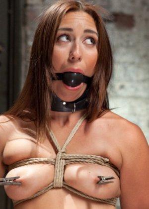 Мулатка обожает БДСМ, ее связывают и трахают разными вибраторами, мужик хочет, чтобы она описалась от удовольствия - фото 3