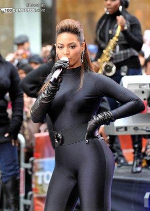 Певица Beyonce выступает на публике в сексуальном черном костюме - фото 9