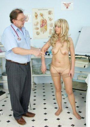 Женщина оказывается на приеме у гинеколога и раздвигает ноги для очень тщательного осмотра - фото 5