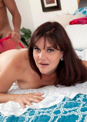 Сорокалетняя Виктория Миллер с легкостью соблазняет мужчину и отдается ему на мягкой кровати - фото 13